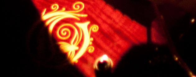 Gros plan sur le logo de la guitare de Mikael Akerfeldt